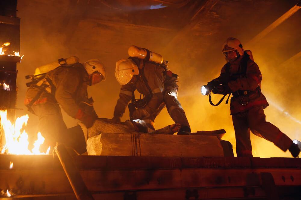 Feuerwehrmänner retten Mann aus brennendem Haus