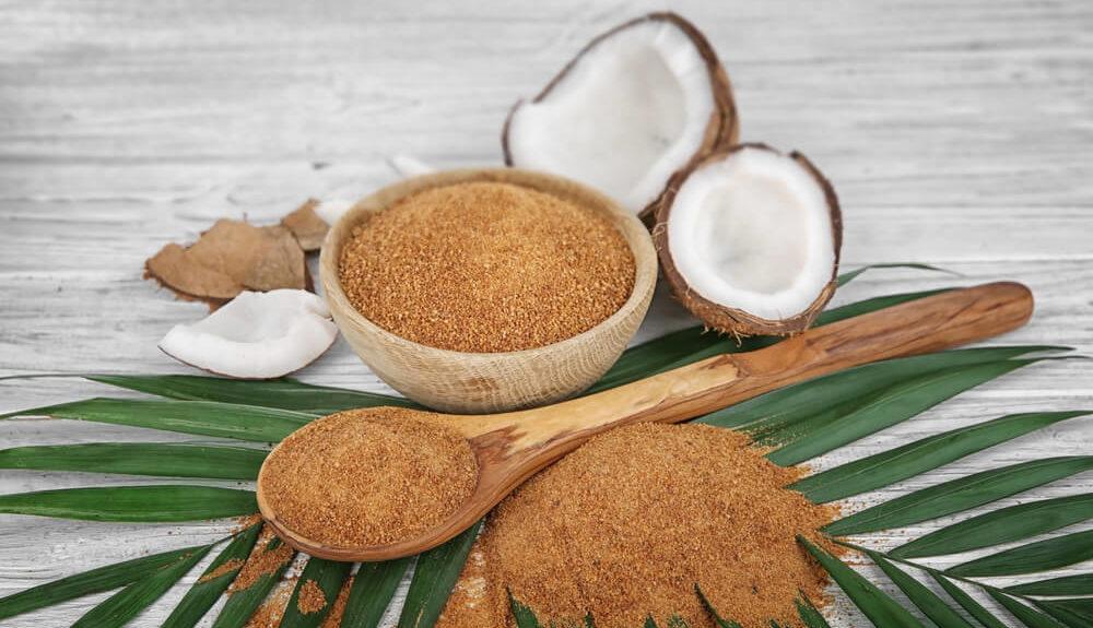 Bild von Kokoszucker mit angeschnittener Kokosfrucht auf einer Palme