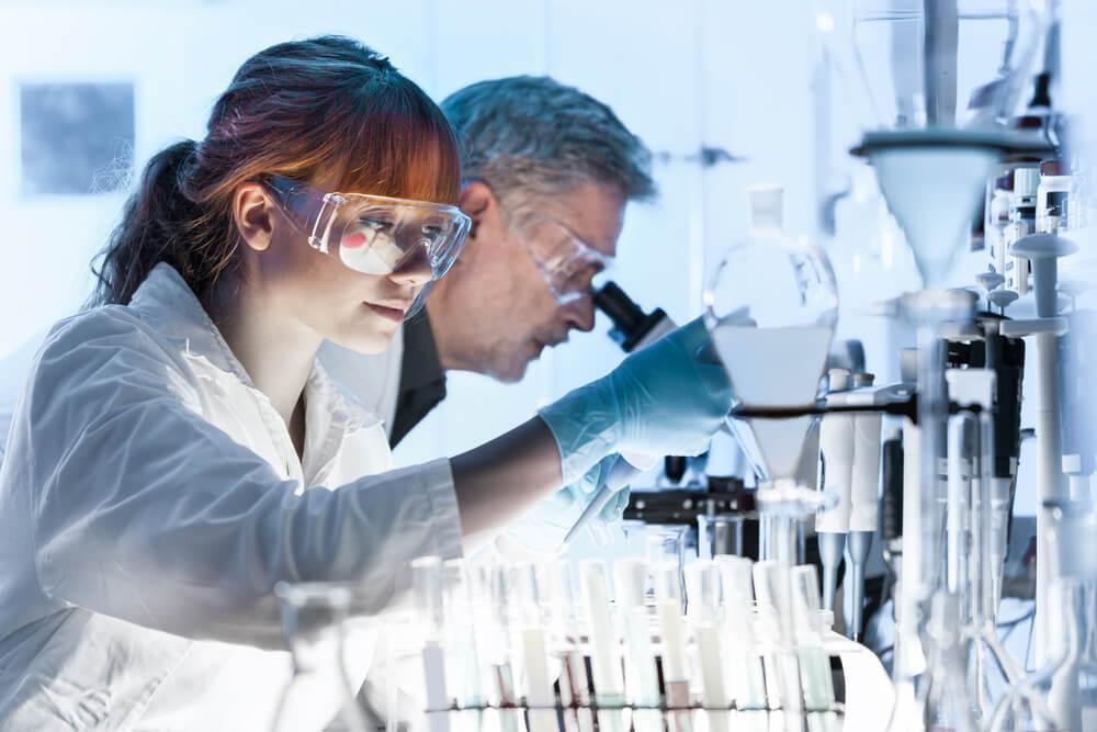 Frau und Mann, die in einem Labor arbeiten