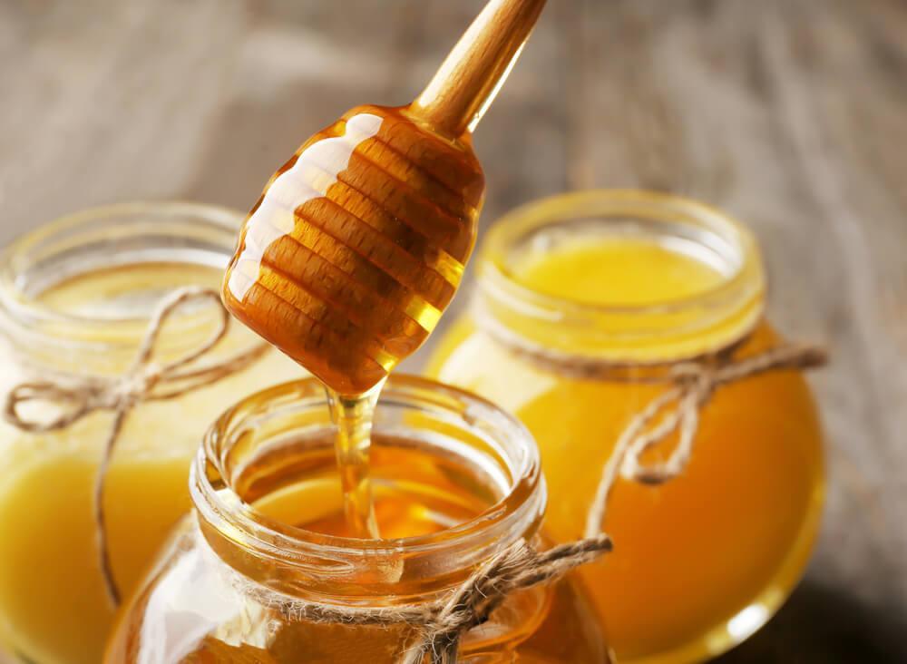Honiggläser, in denen verschiedene Honigsorten enthalten sind