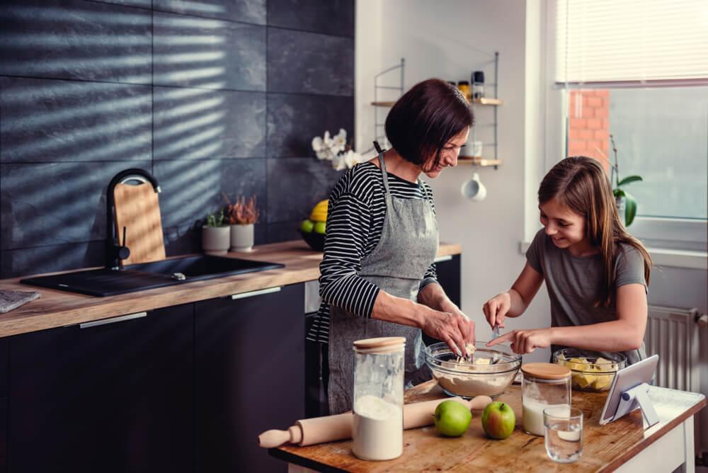 Mutter kocht mit ihrer Tochter in der Küche