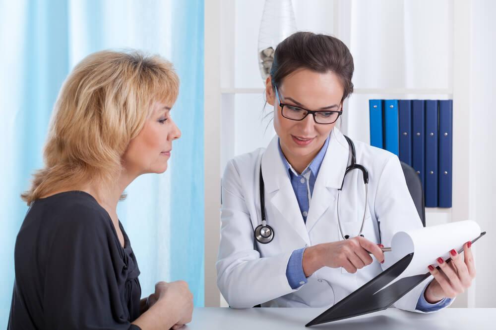 Frau lässt sich von Ärztin beraten