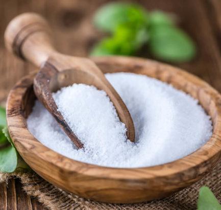 weißes Zuckerpulver in einer Holzschale