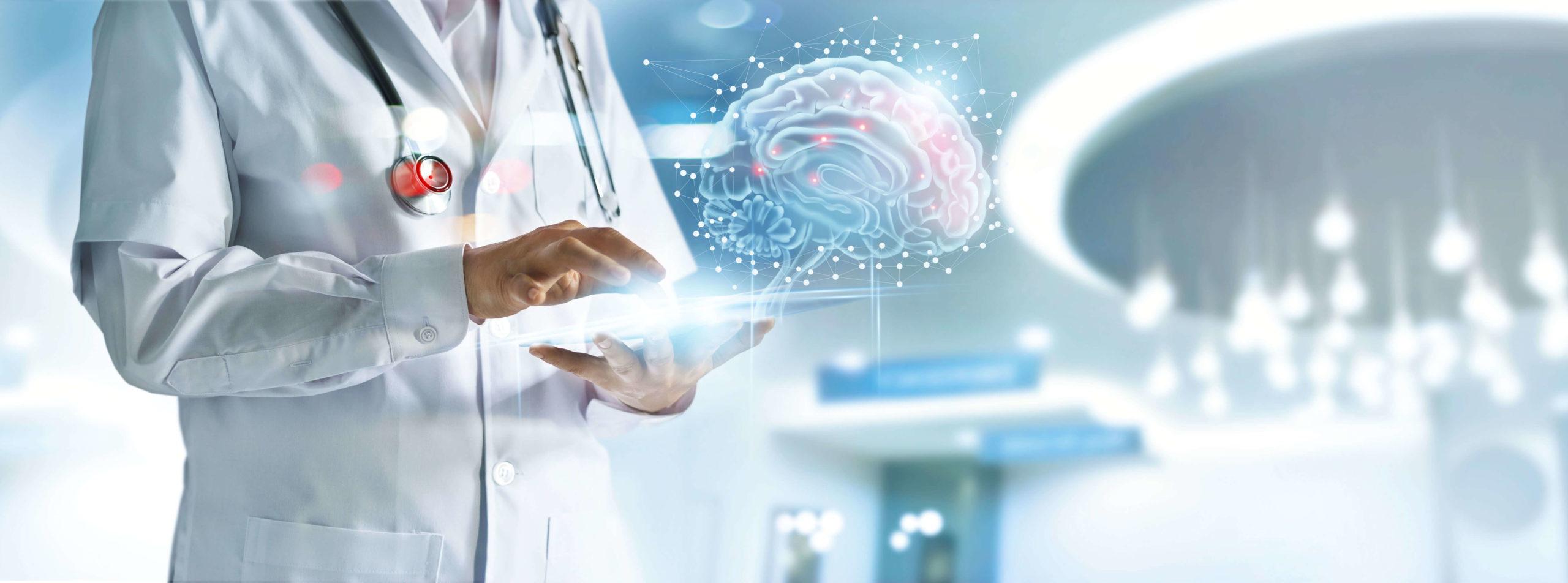 Mensch im Arztkittel in einer medizinischen Einrichtung mit einem Tablet in der Handy