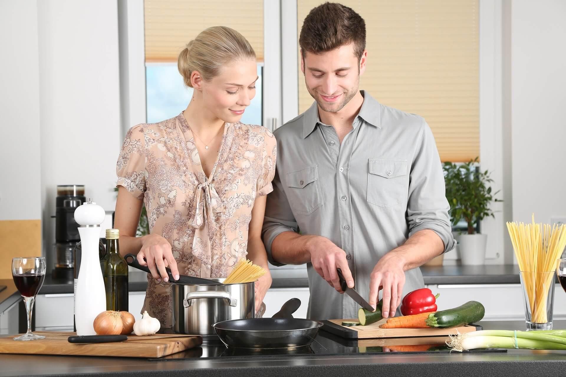 Frau und Mann kochen zusammen in der Küche