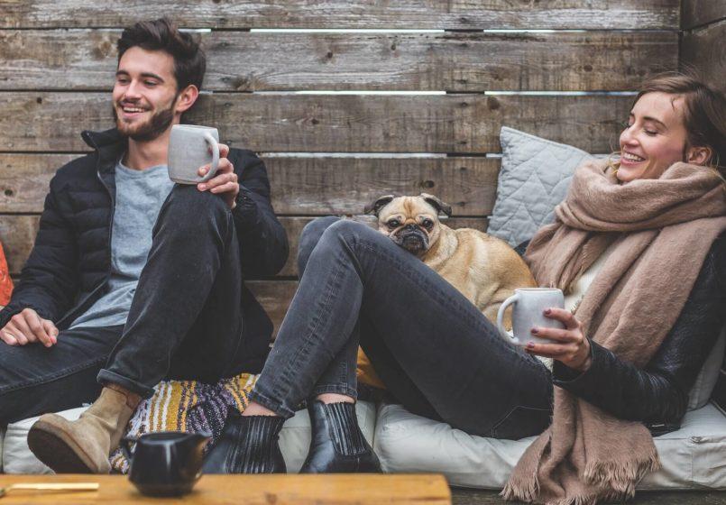 Frau und Mann sitzen draußen an einem Tisch